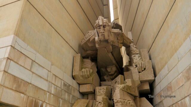 Паметник 1300 години България, Шумен -  Това е България