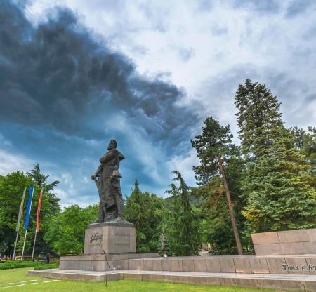 Паметникът на Христо Ботев, Враца -  Това е България